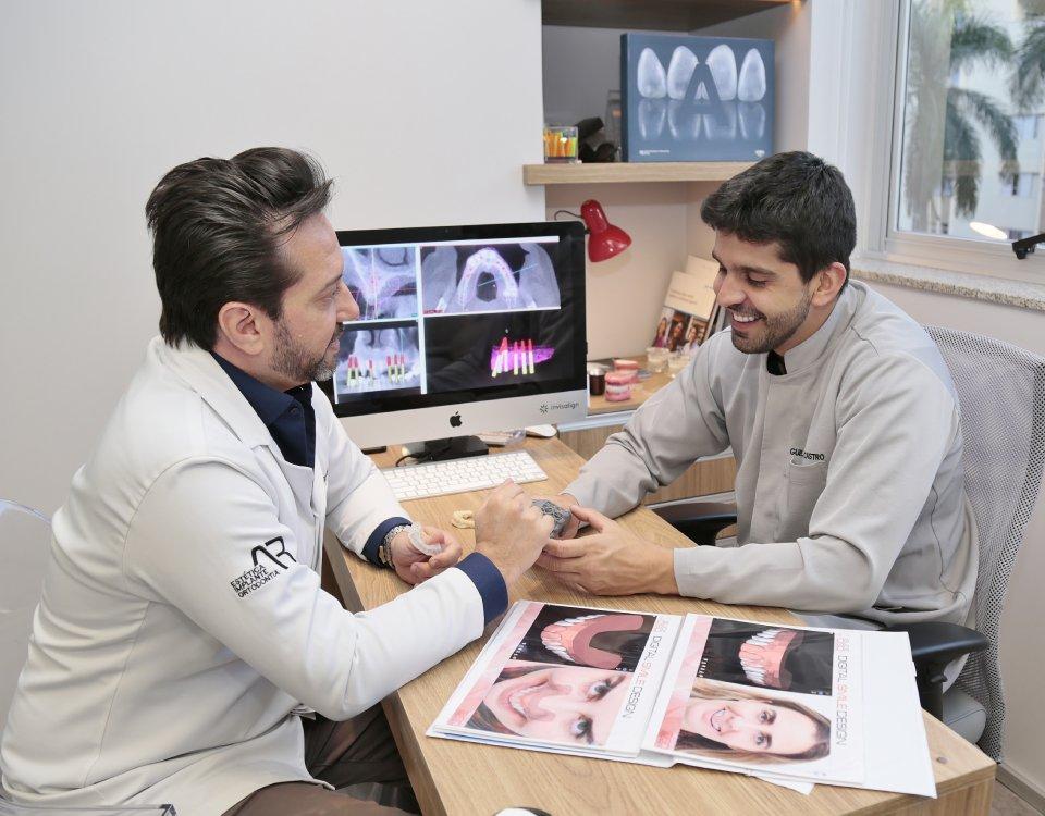 invisalign SmartTrack. Dr Alysson Resende e o dentista Guilherme Castro – somos os especialistas em implante da AR Odontologia